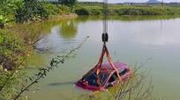Ô tô 4 chỗ rơi xuống hồ, tài xế bơi vào bờ thoát nạn
