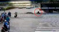 Ô tô tải đè nát xe máy, người đàn ông thoát chết thần kỳ