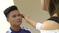 Quang Hải được trang điểm kỹ lưỡng trước khi chụp ảnh áo đấu