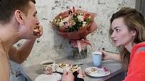 Cặp đôi người Ukraine tự còng tay với nhau để hàn gắn tình cảm