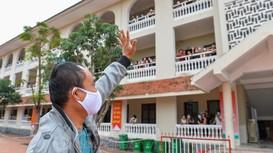Những công dân lưu luyến trong ngày rời khu cách ly ở Nghệ An