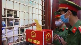 Hình ảnh bỏ phiếu bầu cử của những cử tri 'đặc biệt' ở trại tạm giam