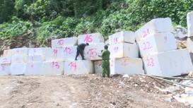 Video: Hiện trường vụ bắt quả tang cơ sở khai thác 800m3 đá trắng trái phép ở Nghệ An
