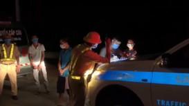Bắt quả tang xe cứu thương lén chở người 'thông chốt' giữa mùa dịch