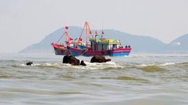 Tàu cá bị giông lốc đánh chìm, 6 ngư dân Cửa Lò bơi trên biển suốt 2 giờ đồng hồ