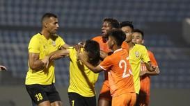 Cầu thủ SHB Đà Nẵng vào bóng triệt hạ cựu tiền vệ SLNA trong trận bóng giao hữu
