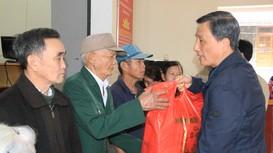 Đồng chí Lê Quang Huy tặng quà, chúc Tết người nghèo tại Nghệ An