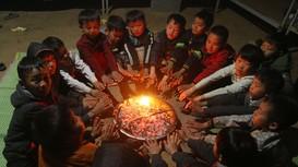 Học sinh vùng cao Nghệ An chống chọi với giá rét