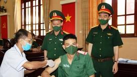 300 cán bộ, chiến sỹ tuyến đầu chống dịch của Bộ CHQS tỉnh tiêm vaccine phòng Covid-19