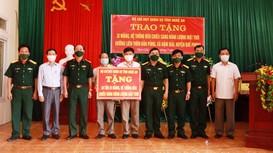 Bộ CHQS tỉnh tặng quà hỗ trợ xã biên giới Quế Phong