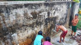 Giáo viên vùng cao Nghệ An băng rừng tìm nước cho học trò