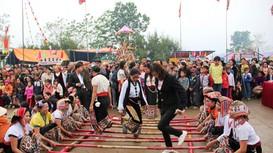 Xem đồng bào dân tộc Thái nhảy sạp, múa lăm vông