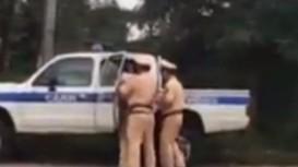 Cảnh sát giao thông nổ súng, quật ngã thanh niên cầm 2 con dao