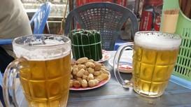 Tại sao khách Tây thích uống bia hơi Việt Nam