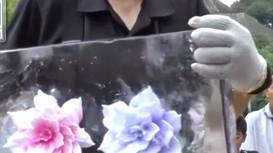 Nghệ nhân Nhật Bản khắc hoa trong nước đóng băng