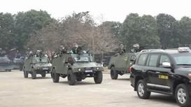 Cảnh sát đặc nhiệm diễu binh cùng xe bọc thép đặc chủng