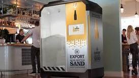 Cỗ máy nghiền vụn vỏ chai bia thành cát