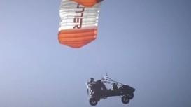 Xe gắn dù lượn có thể bay lên không trung