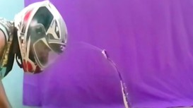 Hổ mang rướn mình phun nọc độc vào mặt người