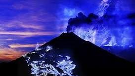 Ngọn núi phun lửa màu xanh dương ở Indonesia