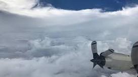 Trải nghiệm của phi công chuyên bay vào mắt bão
