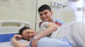 Vợ chồng hậu vệ Phạm Xuân Mạnh đón con gái đầu lòng