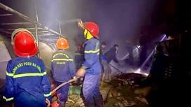 Xưởng chè bùng cháy dữ dội trong đêm khuya