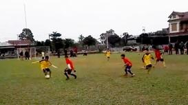 Cậu bé chân đất rê bóng lắt léo như Messi gây xôn xao xứ Nghệ