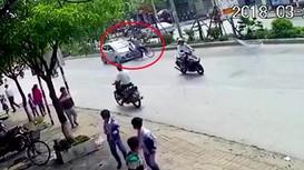 Cụ ông chở cháu qua đường không quan sát, bị ô tô hất văng