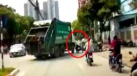 Ghê người với pha vượt xe máy trước ôtô, người đàn ông suýt bỏ mạng