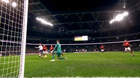 Xem thủ môn De Gea của Man Utd bắt bóng bằng chân xuất thần