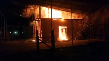 Video: Ngôi nhà sàn 3 gian đổ sụp xuống vì cháy dữ dội trong đêm