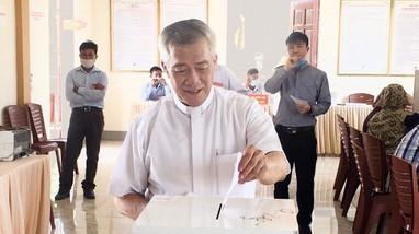 Giám mục Giáo phận Vinh cùng cử tri đồng bào công giáo thực hiện quyền công dân trong ngày bầu cử