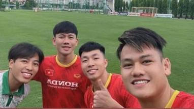 Tiến Anh, Minh Vương, Tấn Tài sớm lao vào tập luyện ở Hà Nội;HLV Kiatisak khăn gói về Thái Lan