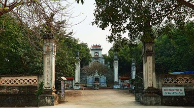 Công an gọi người phụ nữ có hành vi phản cảm trước cổng đền Cuông lên làm rõ sự việc