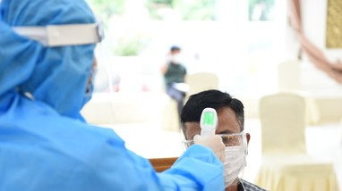 Hàng loạt quầy thuốc ở Nghệ An bị xử phạt vì bán thuốc ho, sốt không đo thân nhiệt khách