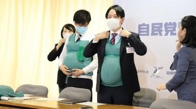 Nhật Bản: Các nam nghị sỹ đeo bụng bầu nhân tạo để trải nghiệm cảm giác của phụ nữ mang thai