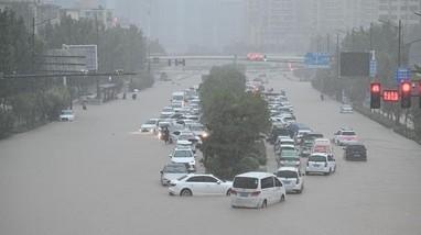 Hình ảnh mưa lũ hoành hành ở Trung Quốc khiến hơn 200.000 người dân phải sơ tán