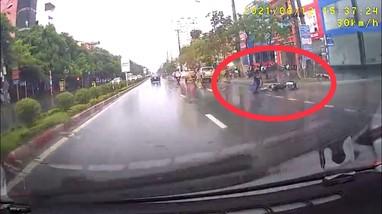 Xe ô tô đâm xe máy dưới trời mưa rồi bỏ chạy