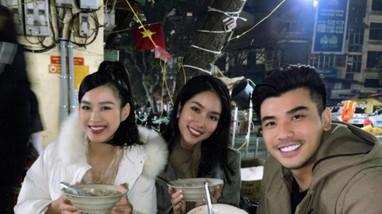 Đi ăn vỉa hè, Hoa hậu Đỗ Thị Hà và Á hậu Phương Anh giản dị vẫn xinh đẹp rạng rỡ