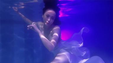 Phương Oanh gây sốt với bộ ảnh mang phong cách 'độc lạ' trong bể bơi