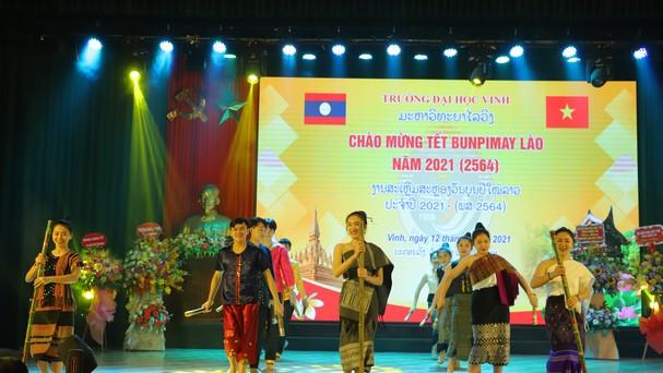 Chương trình văn nghệ chào mừng đến từ các du học sinh Lào. Ảnh: An Quỳnh.