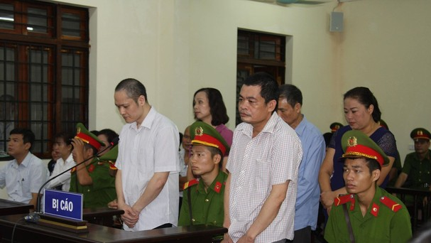Bị cáo Nguyễn Thanh Hoài và bị cáo Vũ Trọng Lương (hàng trên) và các bị cáo tại phiên tòa.