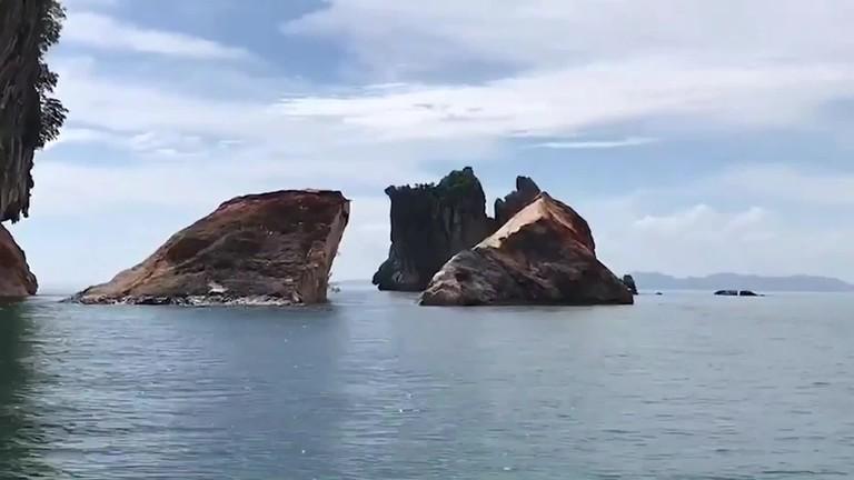 Bão mạnh quật đảo đá 50.000 tấn vỡ đôi