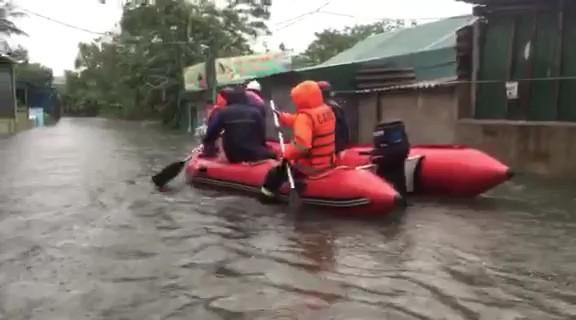 Phố Vinh ngập sâu, cứu hộ phải dùng xuồng khẩn cấp sơ tán dân
