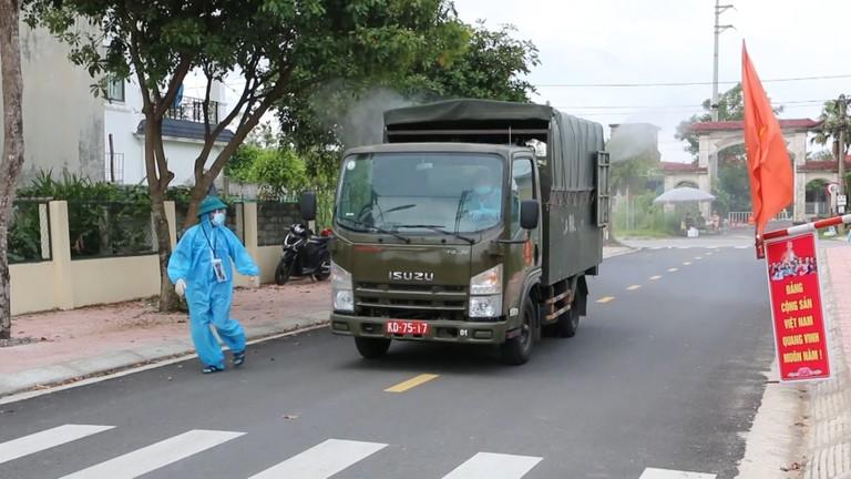 Xe đặc chủng Quân khu 4 lao vào tâm dịch Hà Tĩnh, cấp tập phun khử khuẩn