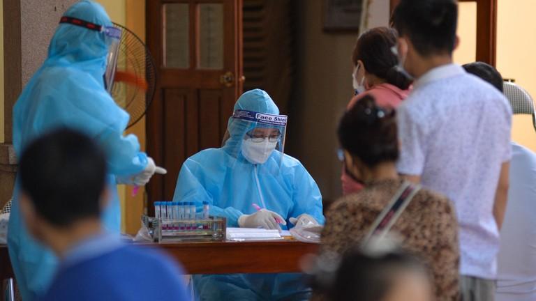 Thần tốc truy vết, lấy mẫu xét nghiệm, phun khử khuẩn khu vực liên quan đến ca Covid-19 ở TP Vinh