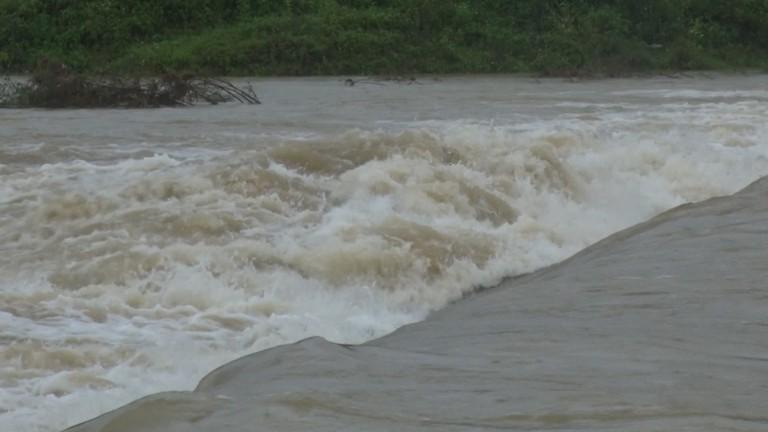 Video: Mưa lớn chia cắt nhiều tuyến đường ở huyện vùng cao Nghệ An