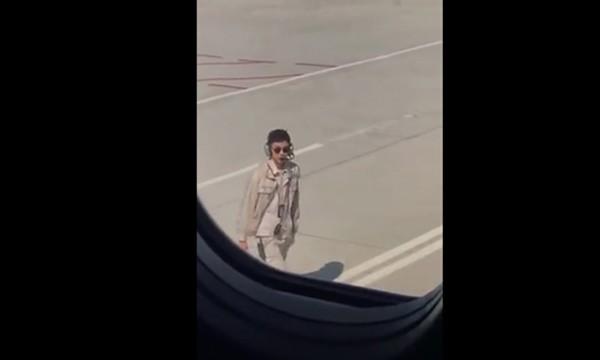 Nhân viên sân bay bị phạt vì 'quá điển trai'