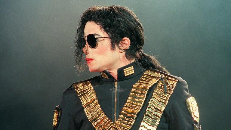Bí mật sau điệu nhảy moonwalk nghiêng hơn 45 độ của Michael Jackson